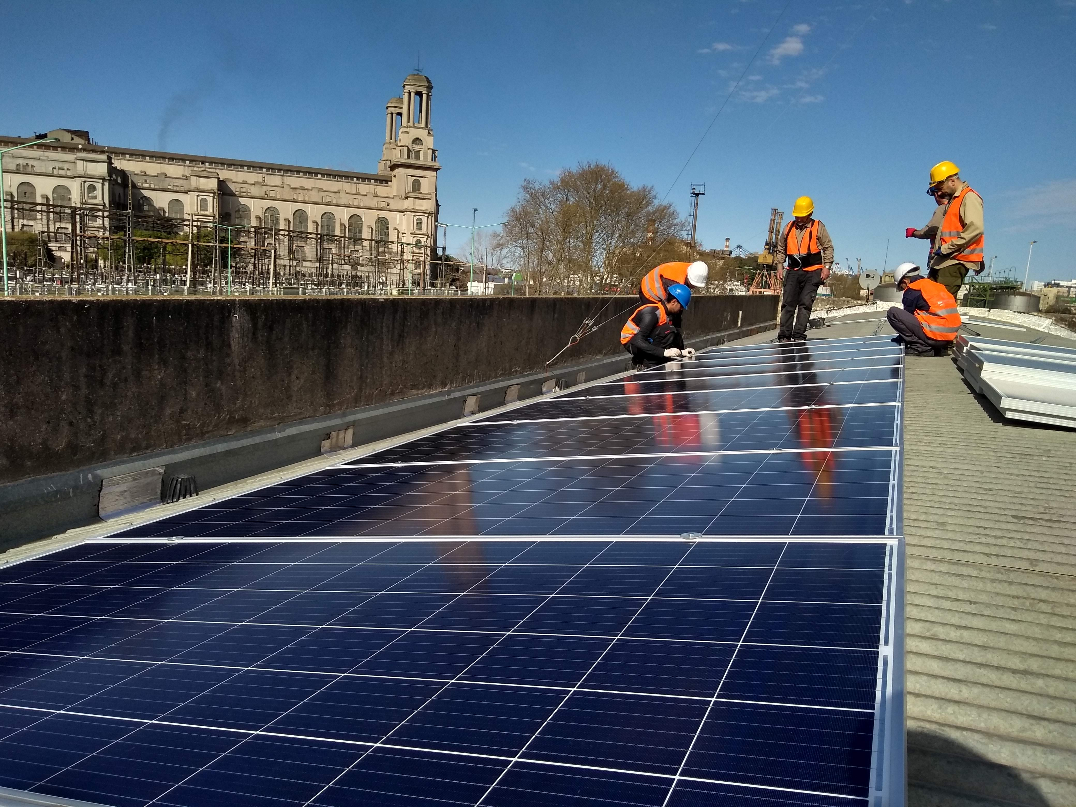 Techo con paneles solares y estructuras Tonka Coplanar