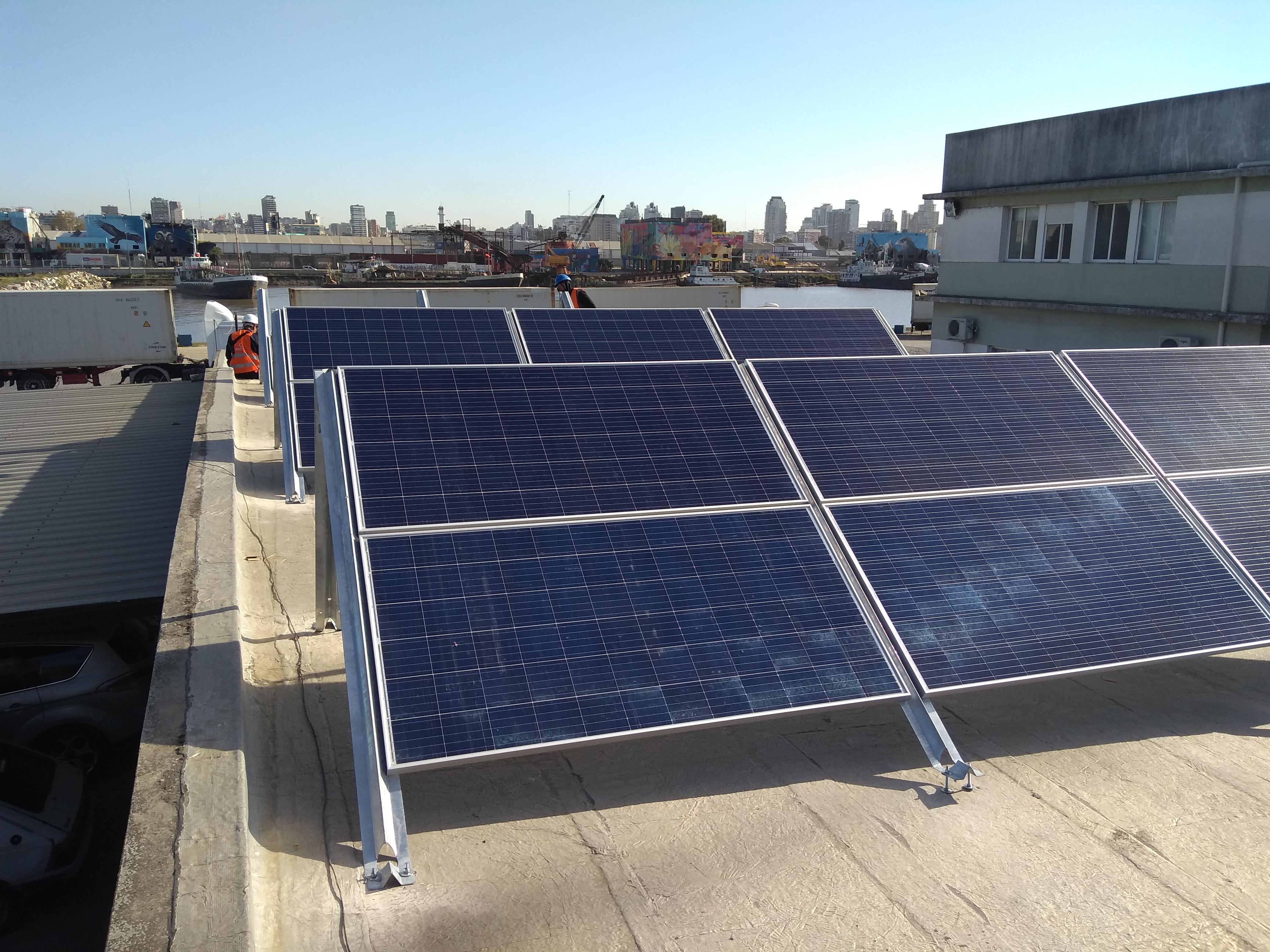 Parque con paneles solares y estructuras Tonka